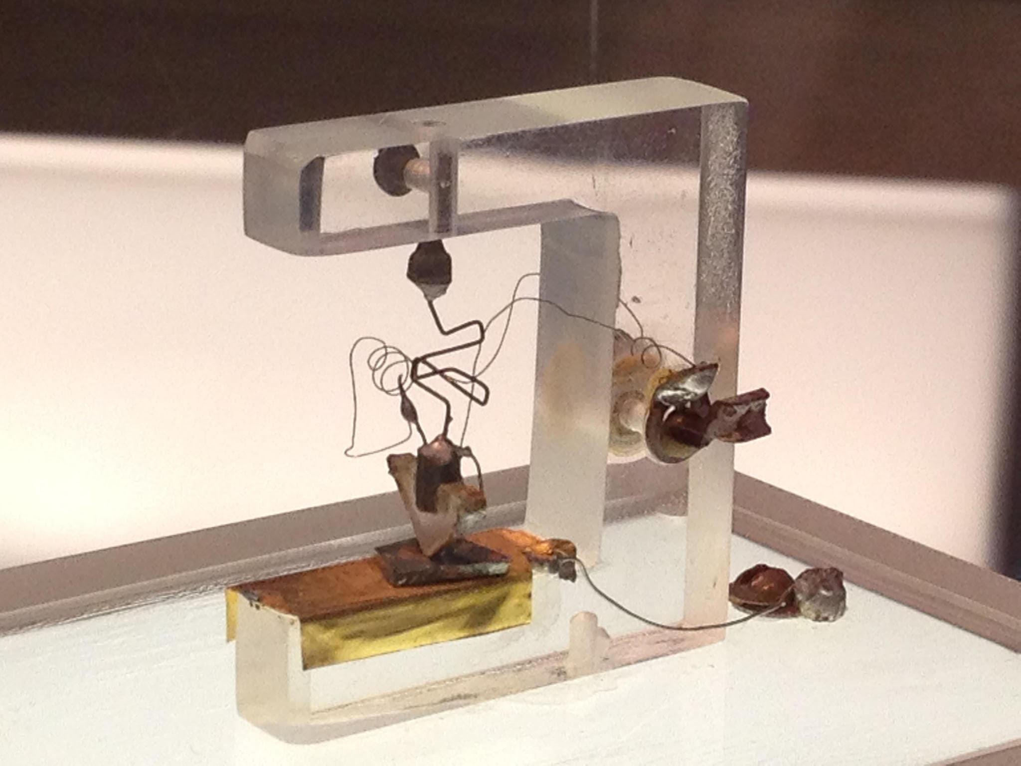 Réplica de primeiro transistor